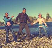 Монгольская семья наслаждается идя концепцией отрочества реки стоковые изображения rf