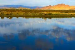 Монгольский ландшафт с озером и горами Стоковое Изображение
