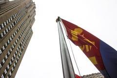 Монгольский флаг развевая в воздухе иллюстрация вектора