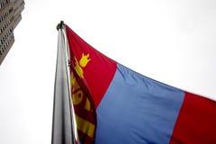 Монгольский флаг развевая в воздухе стоковое изображение