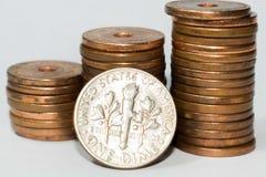 Монета в 10 центов США изолированная на белой предпосылке стоковые фото