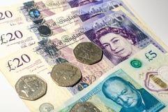 Монетка английского фунта на кредитках английского фунта Стоковое Изображение