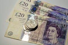 Монетка английского фунта на кредитках английского фунта Стоковые Изображения