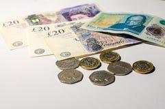 Монетка английского фунта на кредитках английского фунта Стоковые Изображения RF