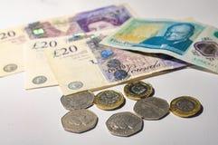Монетка английского фунта на кредитках английского фунта Стоковая Фотография