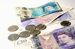 Монетка английского фунта на кредитках английского фунта Стоковые Фото