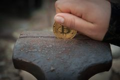 Монетка бита в недостатке стоковое фото