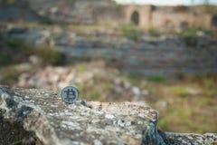Монетка бита на старой стене стоковые фото