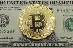 Монетка бита положенная на долларовую банкноту верхней грани одного Стоковые Изображения