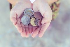 Монетка в руке детей Бизнес Стоковое Фото