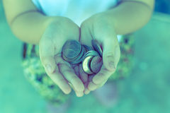 Монетка в руке детей Стоковое Изображение