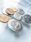 Монетка в стеклянной поверхности Стоковые Изображения RF