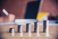 монетка денег на каждой линии поднимая предпосылке бизнесменов команды - бушеле Стоковое фото RF