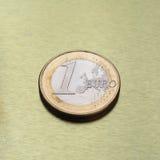 1 монетка евро, Европейский союз над предпосылкой золота Стоковые Фотографии RF