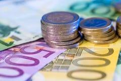 монетка евро на счетах евро Стоковая Фотография