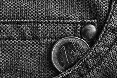 Монетка евро с деноминацией 1 евро в карманн worn джинсов джинсовой ткани, monochrome съемке Стоковые Изображения