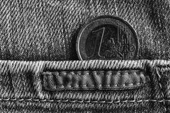 Монетка евро с деноминацией 1 евро в карманн worn старых джинсов джинсовой ткани, monochrome съемке Стоковая Фотография RF