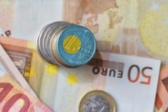 Монетка евро с национальным флагом Палау на предпосылке банкнот денег евро Стоковое Изображение RF