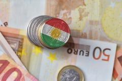 Монетка евро с национальным флагом Курдистана на предпосылке банкнот денег евро Стоковые Фото