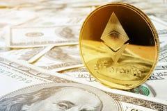 Монетка и доллары Ethereum ETH Обмен Cryptocurrency стоковые изображения rf