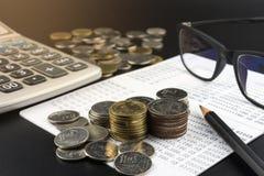 Монетка и и калькулятор на банке определяют концепцию финансов дела Стоковые Изображения