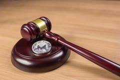 Монетка и молоток Monero на столе стоковое фото