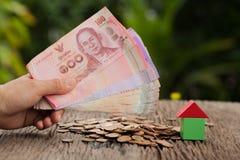 Монетка и наличные деньги, сохраняя концепция денег, концепция финансовых сбережений Стоковое Фото
