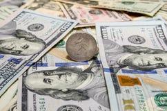 Монетка квартального доллара и 100 валют банкнот доллара Стоковое Фото