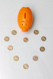 Монетка копилки и 10 рупий Индии Стоковое Фото
