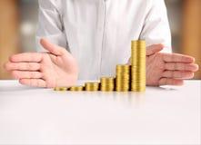 Монетка к деньгам в человеческой руке Стоковая Фотография RF
