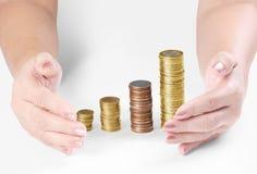 Монетка к деньгам в человеческой руке Стоковые Изображения RF