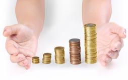 Монетка к деньгам в человеческой руке Стоковые Фотографии RF