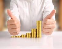 Монетка к деньгам в человеческой руке Стоковое фото RF