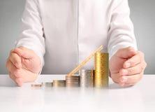 Монетка к деньгам в человеческой руке Стоковое Изображение