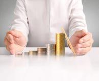 Монетка к деньгам в человеческой руке Стоковые Изображения