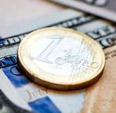 Монетка на банкноте Стоковое Фото