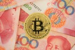 Монетка на китайских счетах юаней - секретная валюта Bitcoin в фарфоре co Стоковая Фотография RF