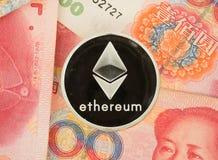 Монетка на китайских счетах юаней - секретная валюта Ethereum в фарфоре c Стоковые Фотографии RF