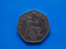 Монетка 50 пенни, Великобритания над синью Стоковое Фото