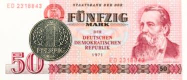 1 монетка пфеннига против исторические 50 восточного - банкнота немецкой метки стоковые фотографии rf