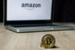 Монетка с логотипом Амазонки на экране ноутбука, Словения - 23-ье декабря 2018 Bitcoin стоковое фото rf