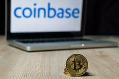 Монетка с логотипом обменом Coinbase на экране ноутбука, Словения - 23-ье декабря 2018 Bitcoin стоковое изображение rf