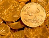 Монетка с надписью в ЗОЛОТЕ мы доверяем Стоковое Фото