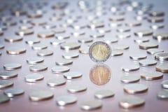Монетка тайского бата среди кучи монеток Стоковое фото RF