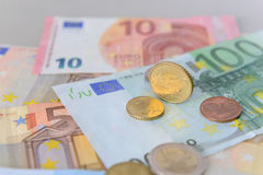 Монетка цента евро 50 на банкнотах евро Стоковое Фото