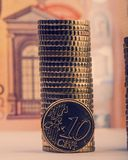 Монетка 10 центов евро на предпосылке сложенных монеток и p Стоковое фото RF