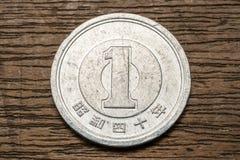 1 монетка японских иен на деревянном столе Стоковые Изображения RF