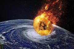 монетка bitcoin входя в снижение цены co bitcoin атмосферы Земли Стоковые Изображения