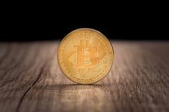 монетка bitcoin в деревянном столе конец вверх Стоковые Изображения RF
