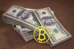 Монетка bitcoin золота на предпосылке 100 банкнот доллара на таблице дело 3d высокое как качество представляет успех unachievable стоковые фото